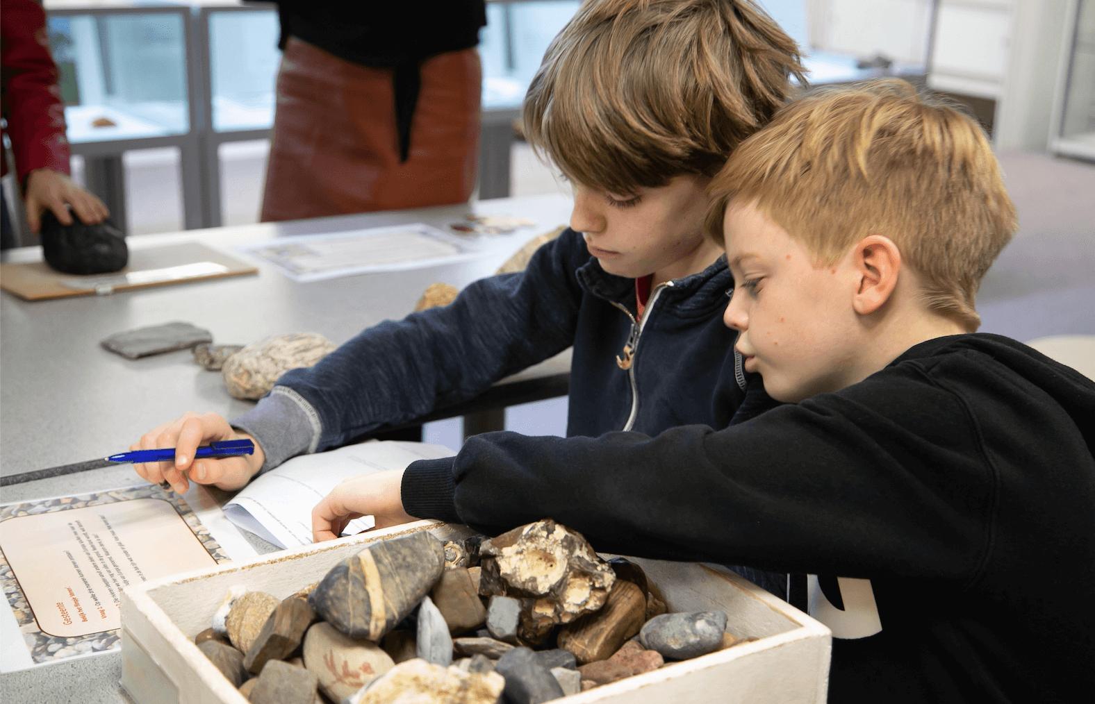 Kinderen van groep 6 tijdens de pilot van het lesprogramma 'Steengoed: Keigaaf!' bij Gelders Geologisch Museum in Velp