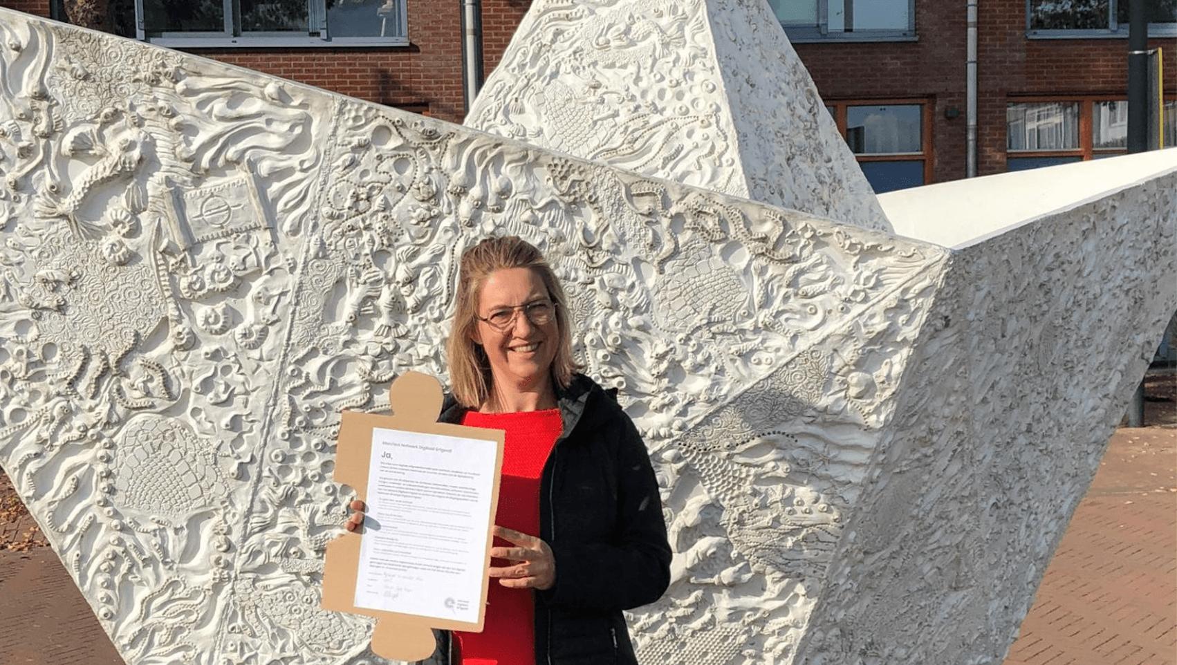 VHIC-directeur Tineke van Heijst met het ondertekende NDE-manifest