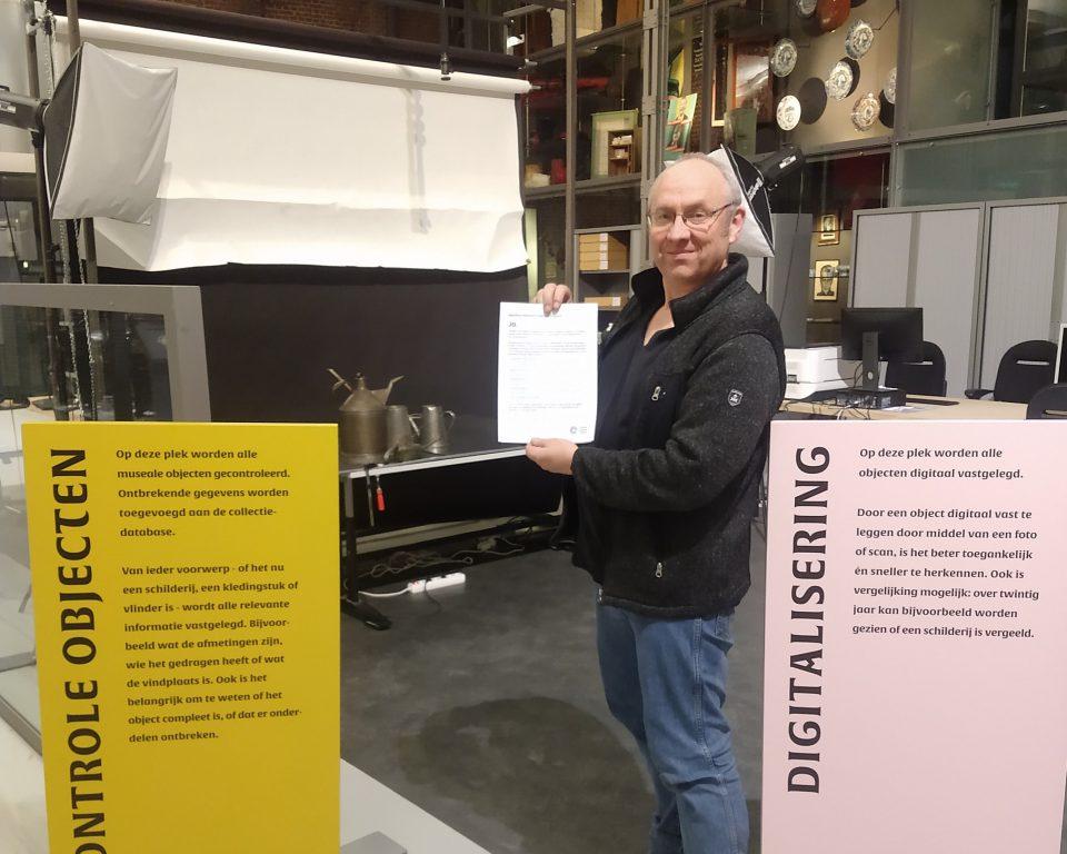 Edwin Plokker, hoofd Twentelab van Museumfabriek en Rijksmuseum Twenthe, met het ondertekende NDE-manifest